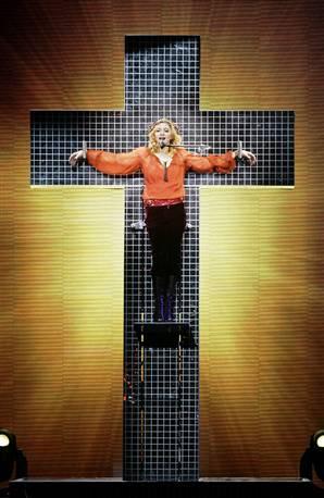 Сатанистката Мадона и кръстът на сцената.